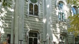 Синее небо в окне синагоги