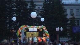 Сцена на площади у Парка Пионеров.
