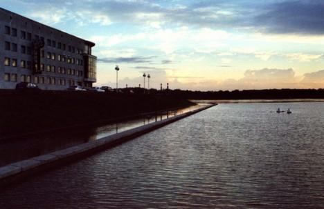 Город - в ночь. Пристань - под воду.