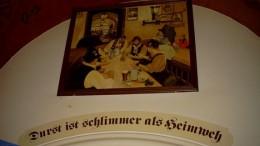 Картина над входом в Хофбройхауз.
