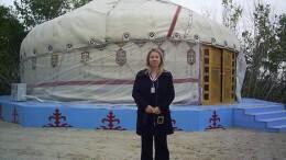 Мария Петрова перед банкетной юртой