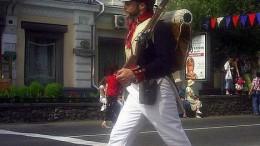 Идёт солдат по городу