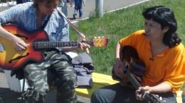 Рок-музыканты поют в поддержку девочки, больной миастенией