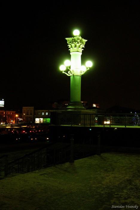 Ночной Омск. Фонарь у железнодорожного вокзала.