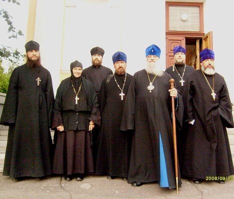 Служители церкви с митрополитом Феодосием