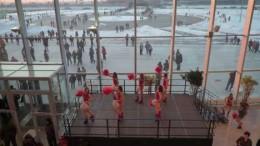 Перед матчем праздничное настроение создают девичьи группы поддержки