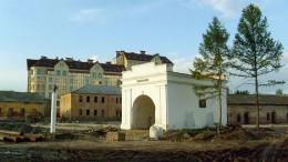 Старые ворота и новый дом