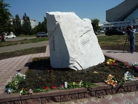 Мемориальный камень Аркадию Кутилову на бульваре Мартынова. 2010