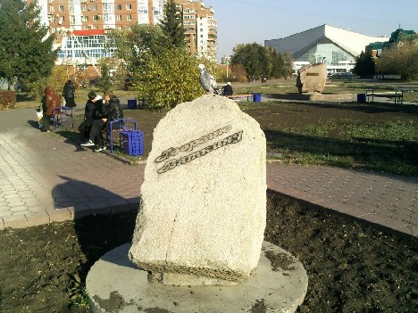 В центре Омска появились новые скамейки