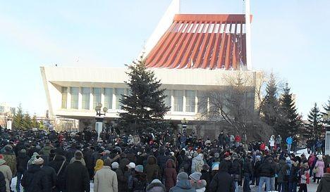 Театральную площадь заполонили протестующие