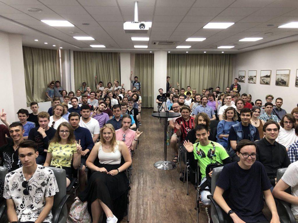 Слушатели лекции Михаила Светова в Омске 8 июля 2018 года
