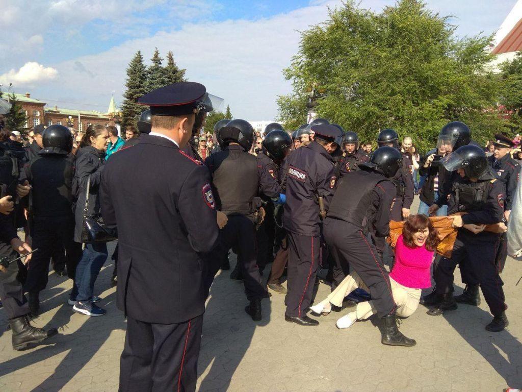 Жесткое задержание участницы акции сторонников Навального против пенсионной реформы Путина в Омске