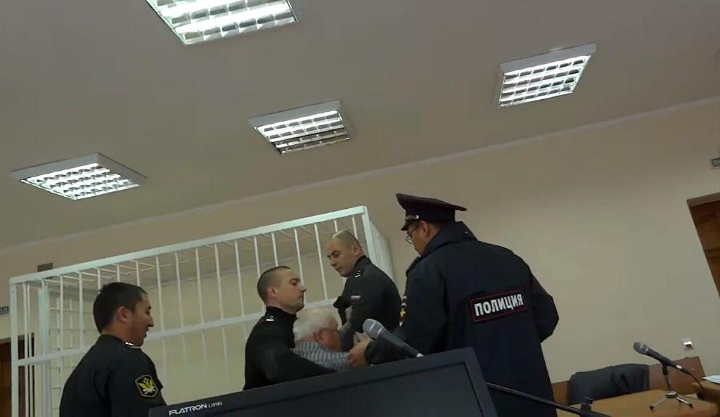 Приставы силой выводят правозащитника из зала заседаний