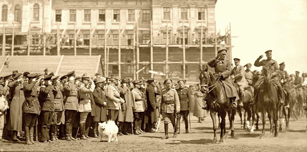 Верховный правитель адмирал Колчак принимает парад войск в Омске