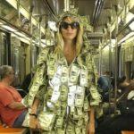 модель в костюме из долларов