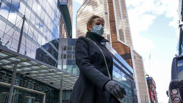 человек в маске и перчатках