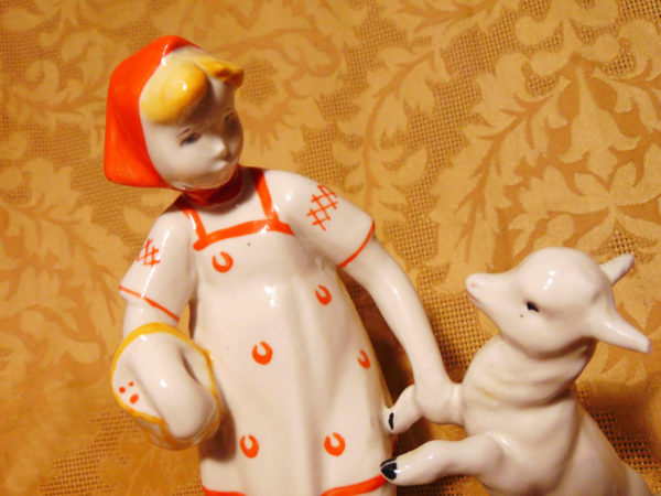 фарфоровая статуэтка девочка с козленком