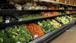 овощи и фрукты в супермаркете