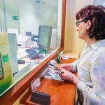 женщина в кассе сбербанка