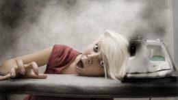 Женщина сушит волосы утюгом