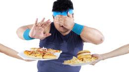 Человек отталкивает еду