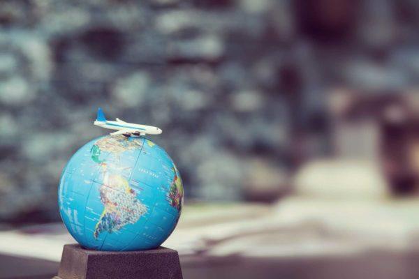 самолет и глобус