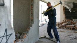 ломать стену кувалдой